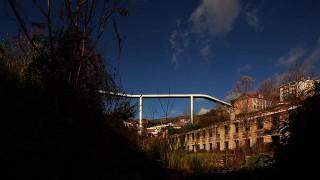 Eine Fußgängerbrücke über der Ribeira da Carpinteira (Architekt: Carrilho da Graça)