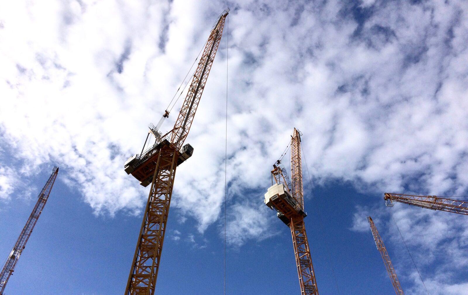 Baukräne auf einer Baustelle in Berlin (Foto: Eric Sturm)